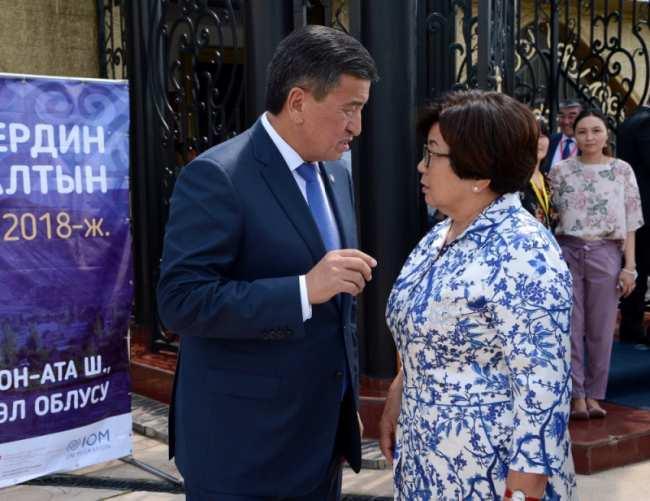 Фото дня. Дружелюбный Жээнбеков и Отунбаева рядом с ним