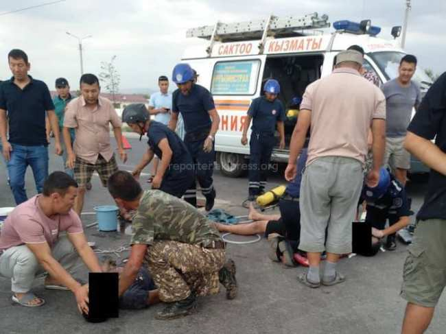 В Бишкеке двое мужчин умерли в люке от нехватки воздуха, - очевидец