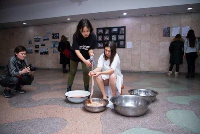 Фото Рустема и Анны Ильясовых. Перформанс о тяжелой участи молодых женщин