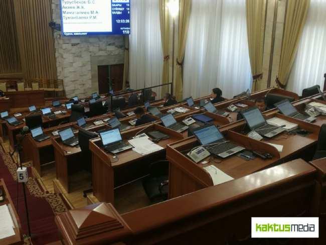 Видео дня. Как 28 депутатов снижение штрафов за ПДД обсуждали