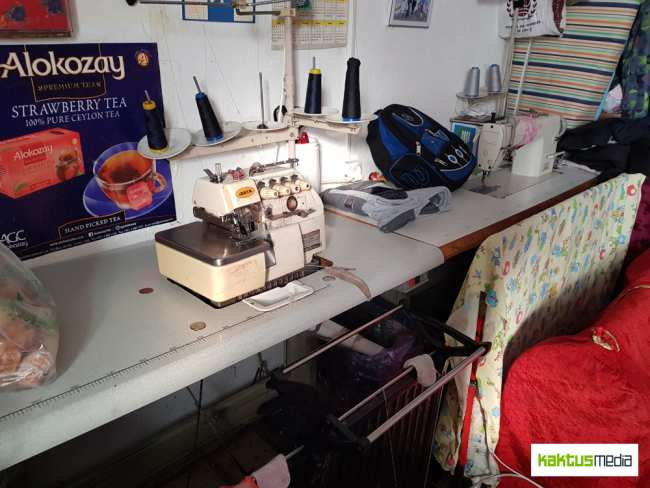 Старая швейная машина сломалась, и теперь Бурул больше не может брать заказы на дом