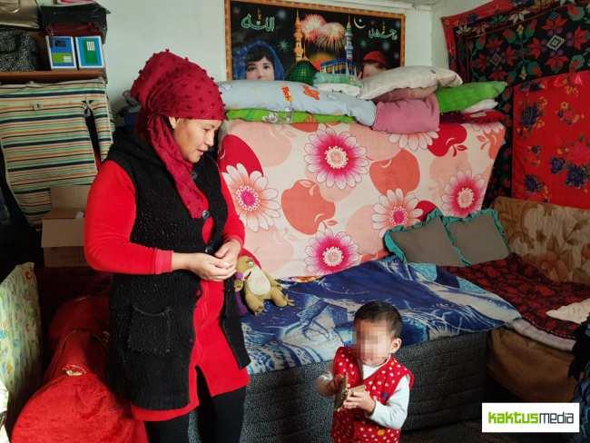 Из-за малолетних дочерей Бурул не может работать полный день