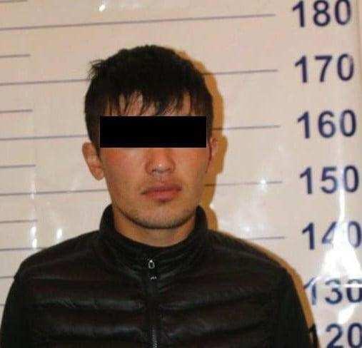 Ночью в Бишкеке на прохожего напали с пистолетом и ножом. Задержали четверых подозреваемых