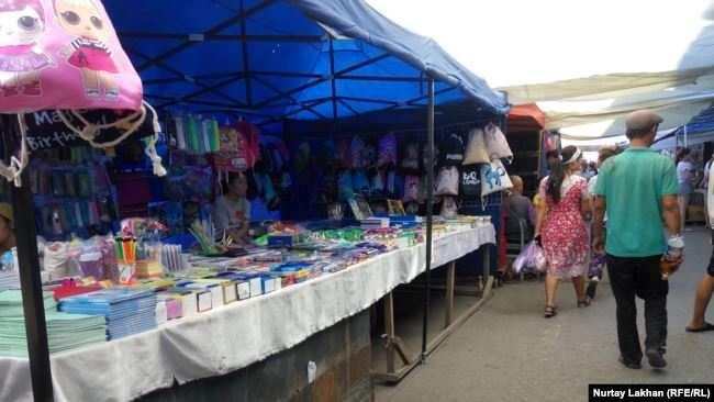 Торговые ряды на рынке «Кенжехан». Алматы, 11 августа 2019 года.