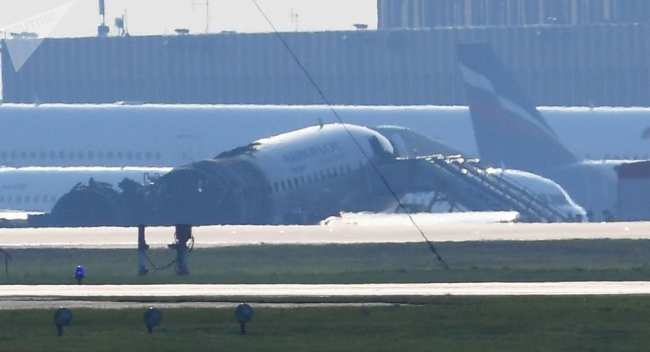 ���ов �амоле�а компании ���о�ло� Sukhoi Superjet-100 � бо��ов�м номе�ом RA-89098 на взле�ной поло�е а��опо��а Ше�еме��ево.