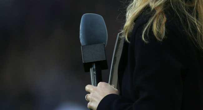 Журналистка с микрофоном. Архивное фото