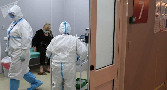 Медицинские работники и пациент в приемном отделении больницы