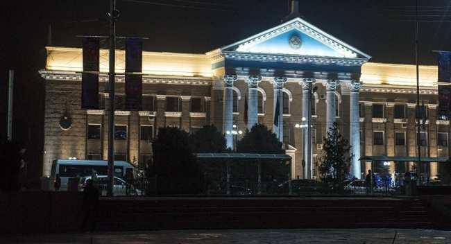 Фасад здания мэрии города Бишкек в ночное время. Архивное фото