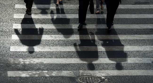 Люди переходят дорогу. Архивное фото