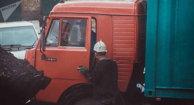 Загрузка угля для транспортировки из угольной шахты. Архивное фото