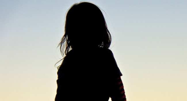 Девочка сидит на крыше дома
