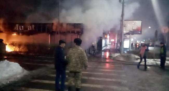 В Бишкеке загорелся магазин одежды по улице Киевской в районе Военторга