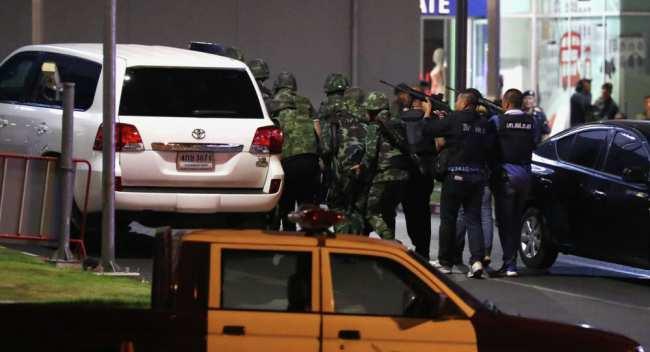 Сотрудники полиции Таиланда на месте стрельбы в торговый центр Terminal в городе Накхон Ратчасима, 9 февраля 2020 года