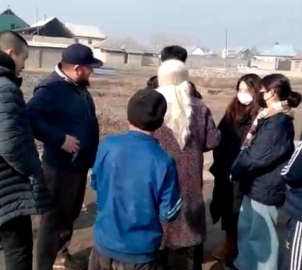 Группа южнокорейцев со своими конфетами всполошила жителей города Жалал-Абад
