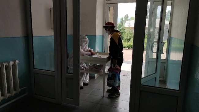 «Медиков пихнули в огонь». Бишкекчанка описала, что происходит в больнице, где лечат пациентов с пневмонией