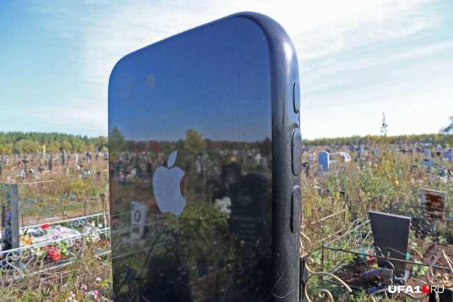 На задней панели легко обнаруживаются камера, фонарик и«яблоко»