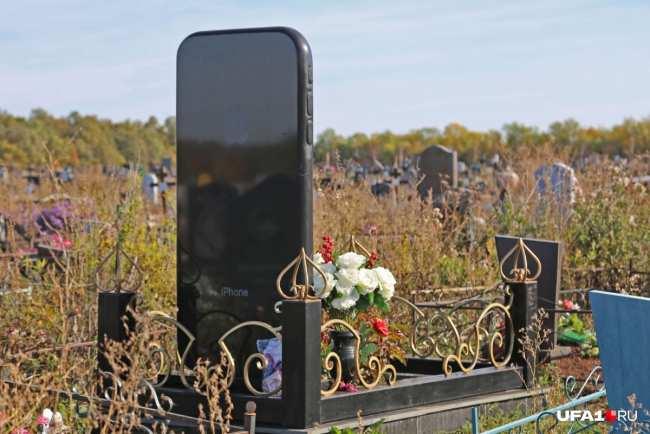 На задней панели легко обнаруживаются камера, фонарик, пресловутое «яблоко»