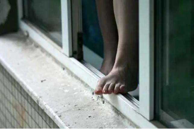Состояние выпрыгнувшей в Бишкеке из окна девочки остается тяжелым