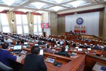 Снизить зарплату президента и депутатов до 5 тысяч сомов предложил парламентарий