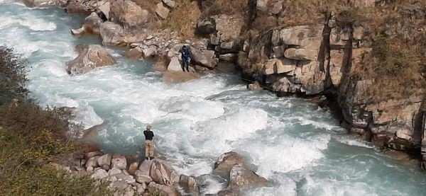 В Таласе продолжаются поиски двухлетнего мальчика, упавшего в реку