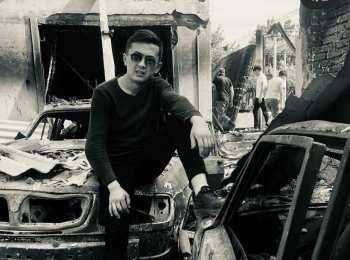 Члена молодежного крыла «Мекенчил» раскритиковали за фотосессию в сожженном селе (фото)